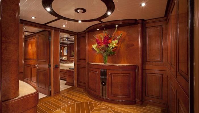 Внутренние помещения судна обшиты панелями из натуральной древесины.