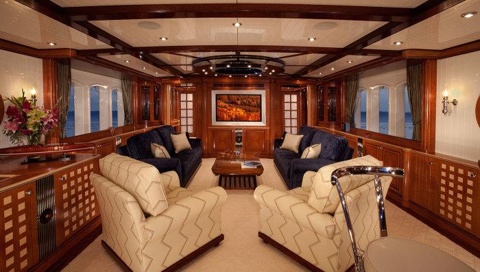 В главном салоне яхты Sycara IV.