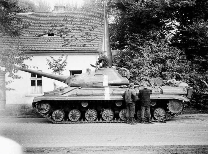Советский тяжелый танк Т-10 во время вторжения Красной Армии в Чехословакию, 1968 год. | Фото: forums.airbase.ru.