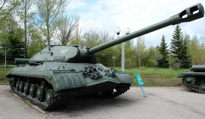 Многие танки Т-10 сохранились до сих пор как памятники. | Фото: voennoe-obozrenie.ru.