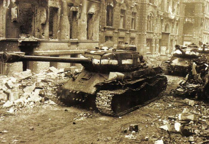 Тяжелый танк ИС-2 на узкой улице одного из европейских городов. | Фото: telegraf.com.ua.