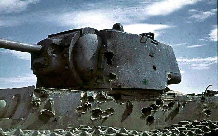 Многочисленные попадания немецких пушек далеко не сразу вывели из строя этот танк КВ-1. | Фото: ru.wikipedia.org.