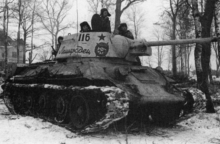 Т-34-85 с собственным именем «Ленинградец» в зимнем камуфляже. | Фото: waralbum.ru.