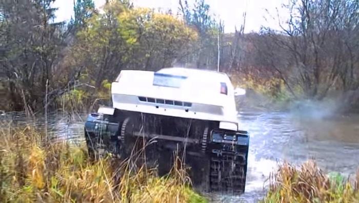 Вездеход выходит из воды. | Фото: youtube.com.