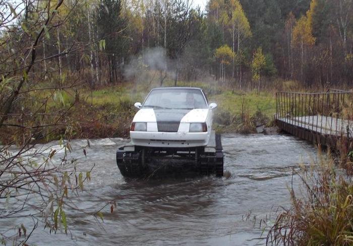 Гусеничная «Таврия» форсирует водную преграду. | Фото: autocentre.ua.