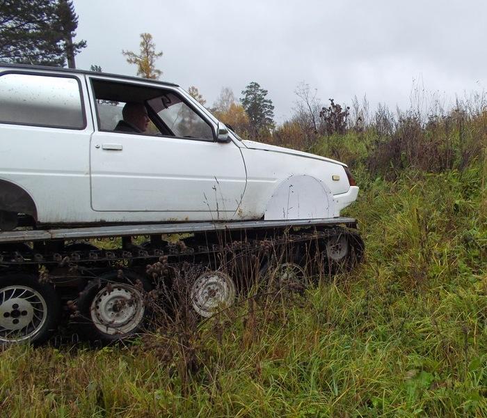 Водитель даже не замечает, как легко «Таврия» берет такие заросшие склоны. | Фото: autocentre.ua.