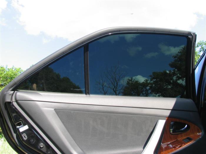 Тонировка стекла легкового автомобиля.