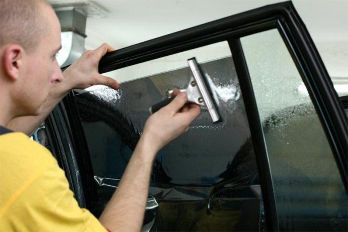 С помощью резинового шпателя вся жидкость и пузырьки воздуха выгоняются наружу. | Фото: novostipmr.com.