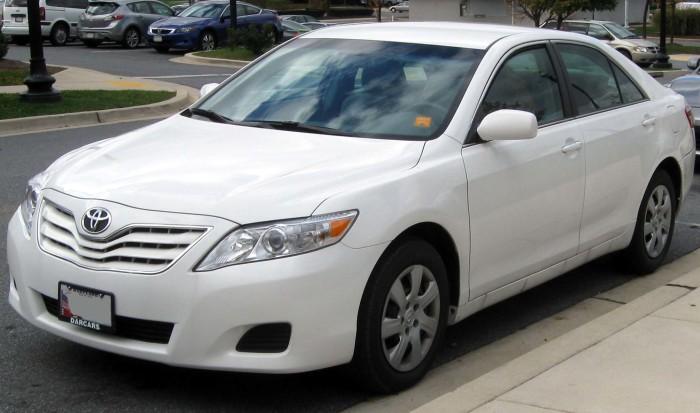 Седан бизнес-класса Toyota Camry 2010 года.