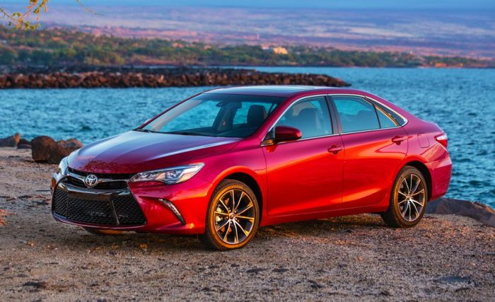Популярнейший в России седан Toyota Camry XV50. | Фото: caranddriver.com.