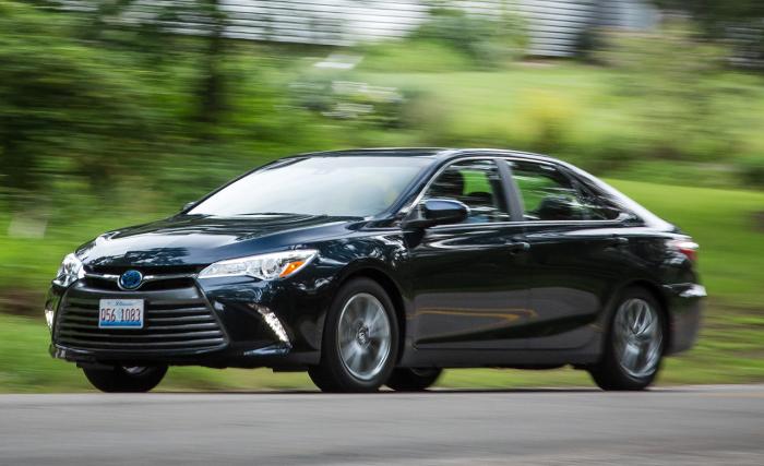 Японский бензино-электрический гибрид Toyota Camry Hybrid. | Фото: caranddriver.com.