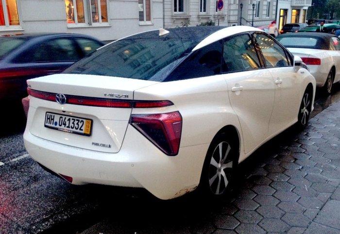 Вид сзади на гибридную Toyota Mirai.  Фото: autocentre.ua.