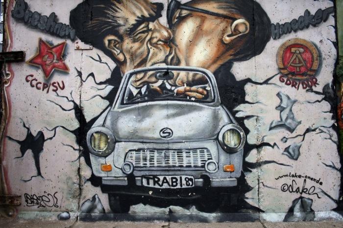 Граффити с автомобилем Trabant на Берлинской стене. | Фото: thevanderlust.com.