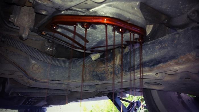 Слив старой трансмиссионной жидкости. | Фото: drive2.ru.