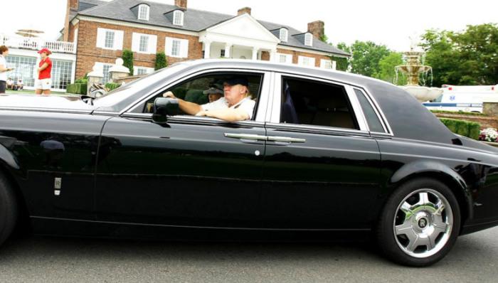 Дональд Трамп за рулем Rolls-Royce Phantom.