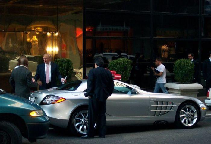 Дональд Трамп получает заказанный Mercedes-Benz SLR McLaren под стенами Trump Tower, Нью-Йорк, 2005 г.