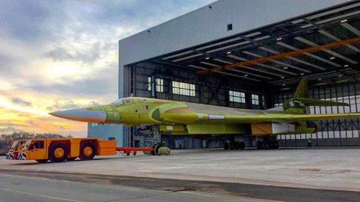 Новый бомбардировщик Ту-160М выкатывают из ангара Казанского авиазавода.   Фото: tvzvezda.ru.