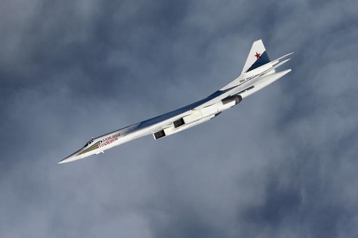 Стратегический ракетоносец Ту-160, он же «Белый лебедь». | Фото: vpk.name.