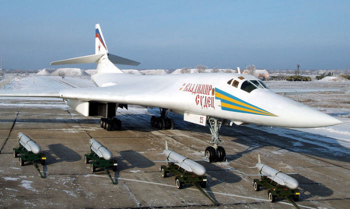 Ту-160 и основное вооружение самолета – крылатые ракеты.   Фото: army-news.ru.