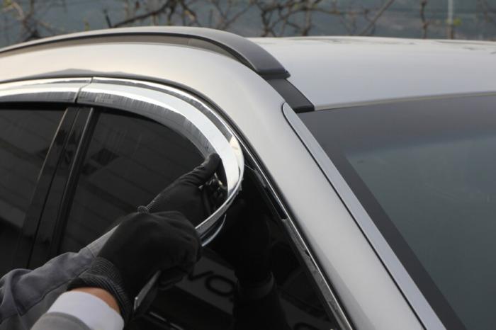 Поклейка молдингов-ветровиков на автомобиль. | Фото: okuzove.ru.
