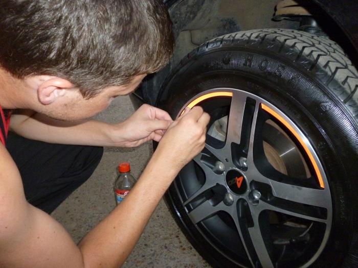 Светоотражающая наклейка на ободе колеса. | Фото: price-altai.ru.