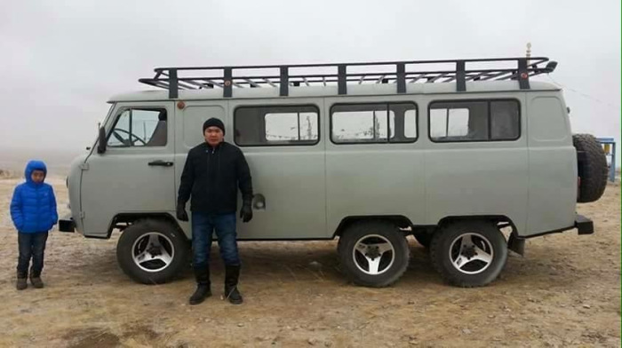 Трехосный УАЗ, который в Монголии вовсе и не редкость. | Фото: carakoom.com.