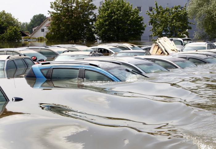Автомобили-утопленники. | Фото: kbnd.com.