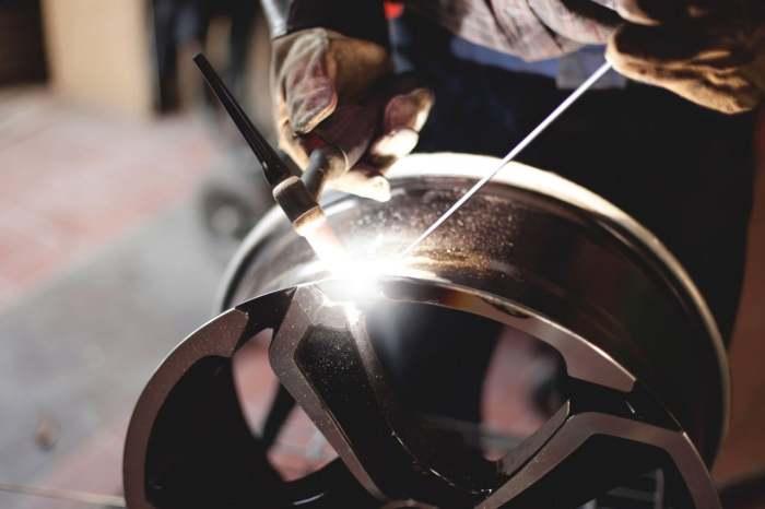 Ремонт колесного диска. | Фото: okuzove.ru.
