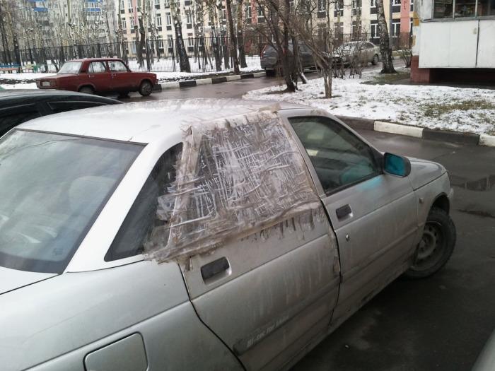 Конечно, это не ремонт, но на крайний случай и такое можно делать с помощью скотча. | Фото: interesting-life.ru.