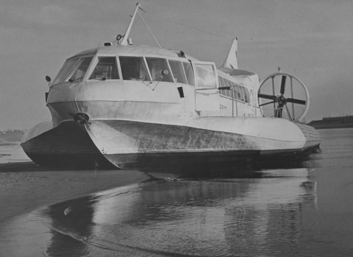 Судно на воздушной подушке «Сормович» передвигалось по воде, отмелям и даже «перескакивало» через песчаные косы. | Фото: doroshenko-us.livejournal.com.