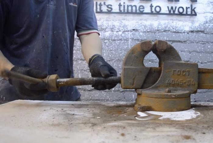Разбираем тиски на составляющие. | Фото: youtube.com.