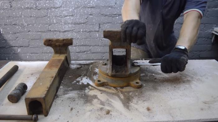 Заржавевшие резьбы раскрутить не так просто, поэтому стоит их обработать WD-40. | Фото: youtube.com.