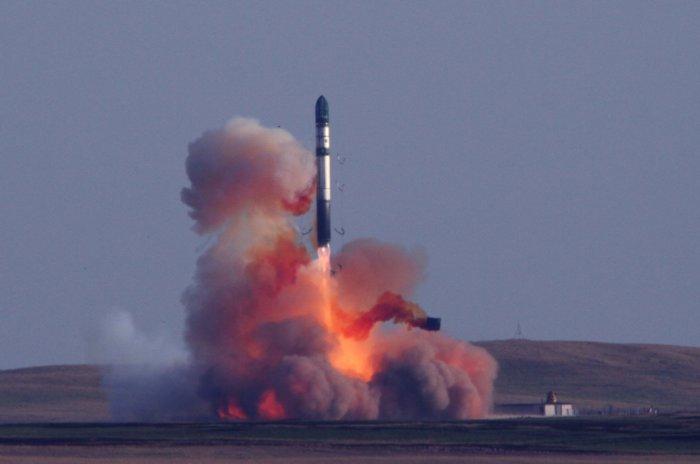 Запуск межконтинентальной баллистической ракеты Р36М2 «Воевода». | Фото: militarist.net.