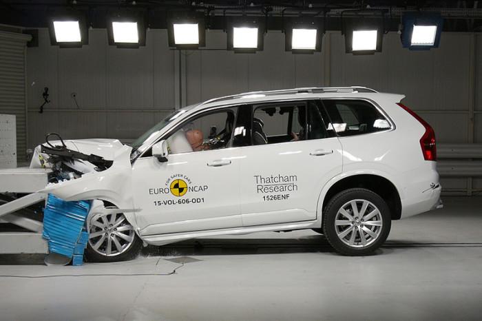 Результаты фронтального удара Volvo XC90 на скорости 64 км/ч.