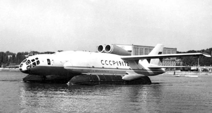 Амфибия ВВА-14 на воде.