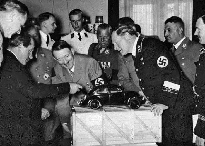 Доктор Порше показывает модель «народного автомобиля» верхушке нацистской партии. | Фото: cronicadelnoa.com.ar.
