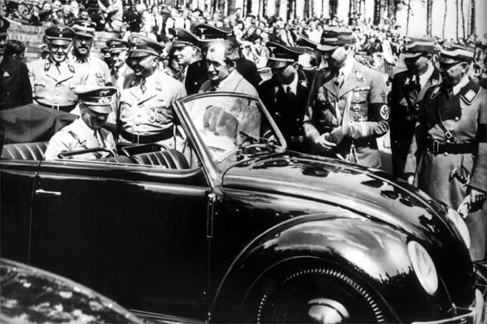 Фердинанд Порше представляет Адольфу Гитлеру Volkswagen – «народный автомобиль». | Фото: reddit.com.