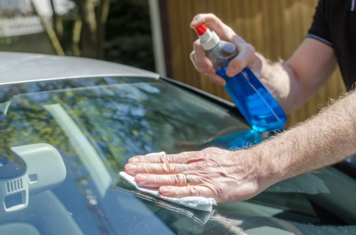 С помощью синтетической тряпочки вымываем и обезжириваем лобовое стекло. | Фото: ru.depositphotos.com.