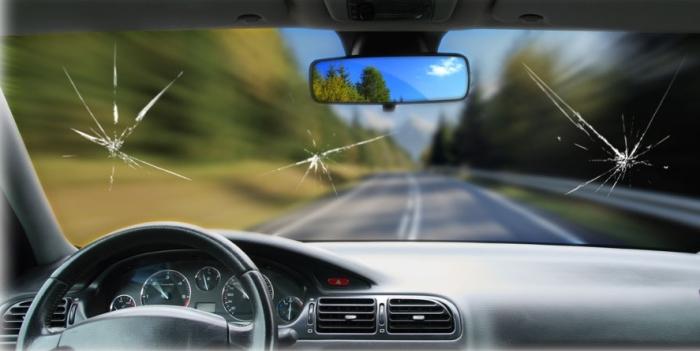 Трещина и скол на лобовом стекле – обычная проблема на наших машинах. | Фото: carakoom.com.