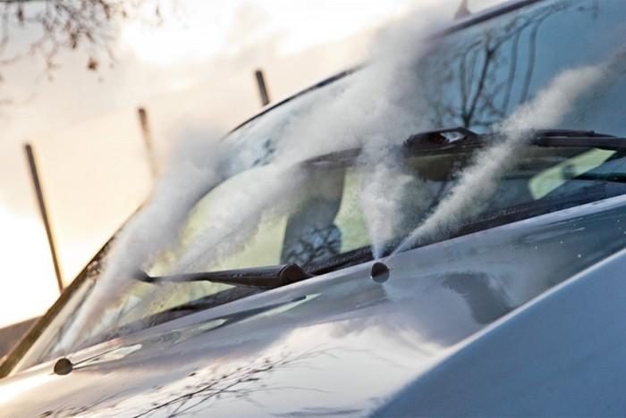 Зимой лобовое стекло должно быть полностью чистым. | Фото: autoreview.ru.