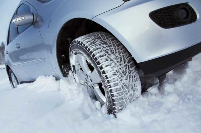 Экономить на резине зимой – далеко не лучшее решение с точки зрения безопасности. | Фото: zab.ru.