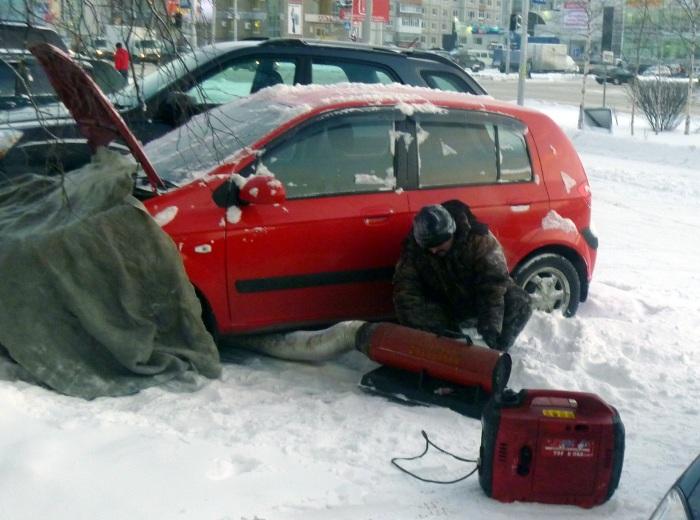 Зимой все средства хороши чтобы быстро прогреть автомобиль. | Фото: mobiblio.ru.