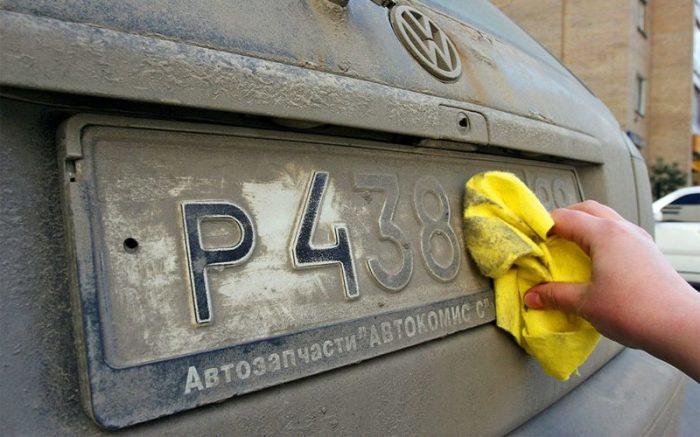 Зимой нужно почаще протирать номерные знаки. От греха подальше. | Фото: mir-auto24.ru.