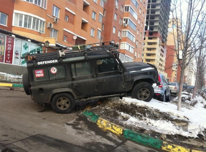 Даже если газона почти не видно, он там есть, и тогда за парковку можно получить штраф. | Фото: pikabu.ru.