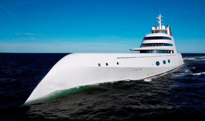 Моторная яхта «А» с выразительной внешностью от Филиппа Старка немного напоминает утюг.