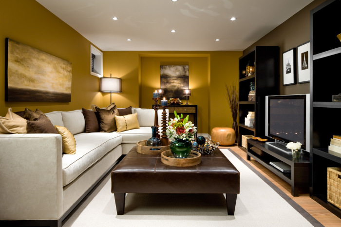 Интерьер маленькой гостиной в коричневых тонах.