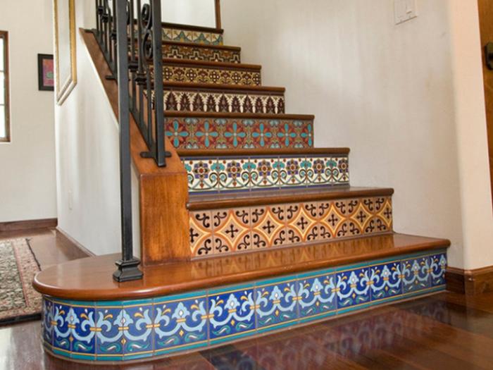 Лестница с плиткой становится ярким интерьерным акцентом.