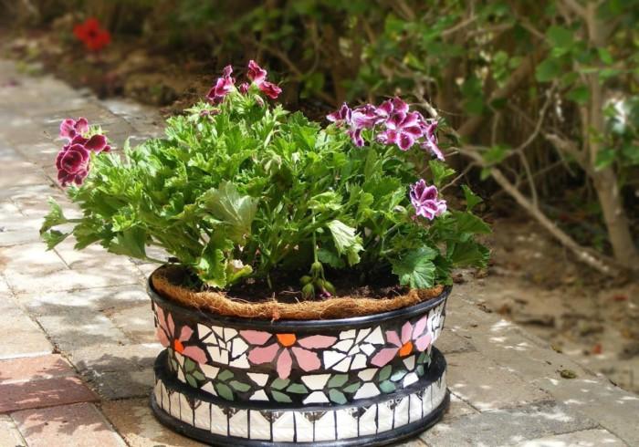Цветы в горшке, декорированном плиткой, выглядят <u>плитки напольные с декорам</u> еще красивее.