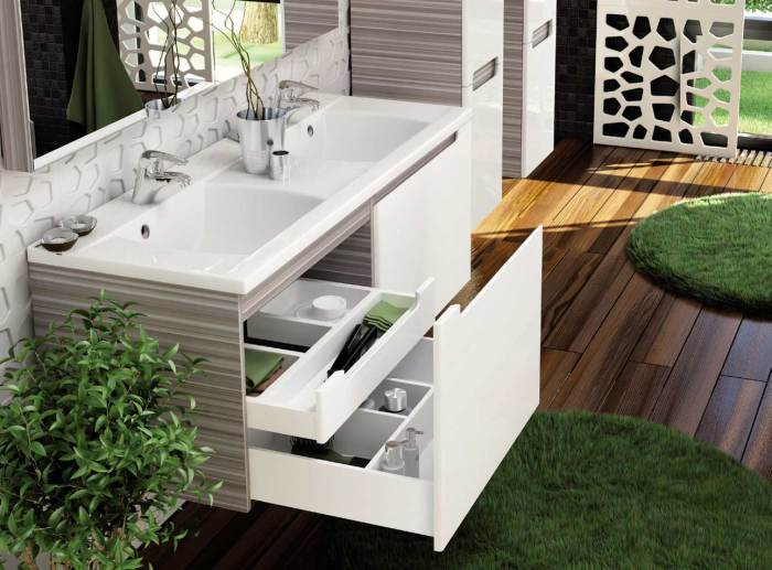 В интерьере ванной комнаты несколько маленьких ковриков заменяют один большой.