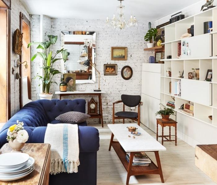 Декоративный интерьер маленькой гостиной.